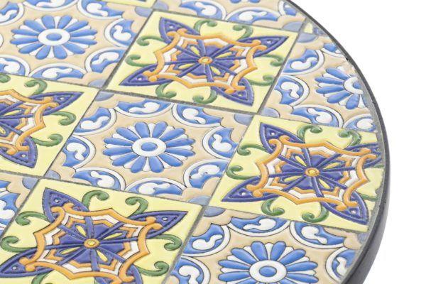 Pequeña mesa mosaico baldosas, vista parcial