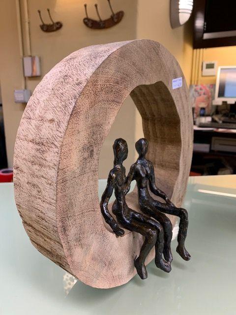 Escutura madera aluminio pareja. Vista lateral