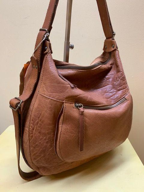 Bolso mochila góndola piel grabada. Piel cuero, visto de lado