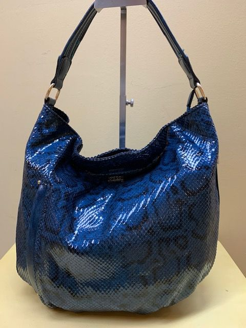 Bolso hobo serpiente brillo. Azul, vista frontal