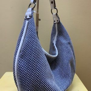 Bolso hobo plano tejido natural. Azul, vista lateral