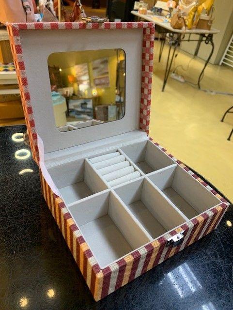 Caja joyero con estampado gato colores. Vista abierta