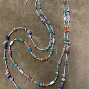 Collar de dos vueltas de tonos multicolor