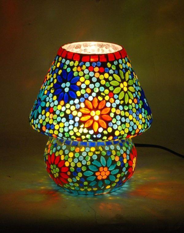Lámpara mediana con mosaico de cristal. Encendida