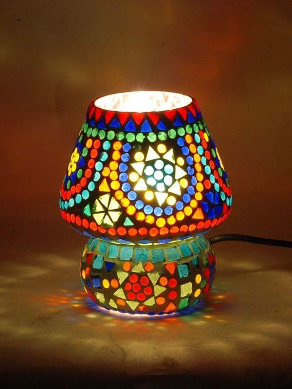 Lámpara pequeña con mosaico de cristal. Encendida