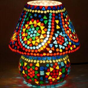 Lámpara mediana con mosaico de cristales de colores. Soles, encendida