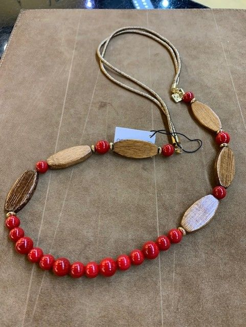 """Collar largo de madera y bolas de """"coral"""" rojas."""