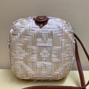 Bolso caja trenzado natural o tostado. Natural