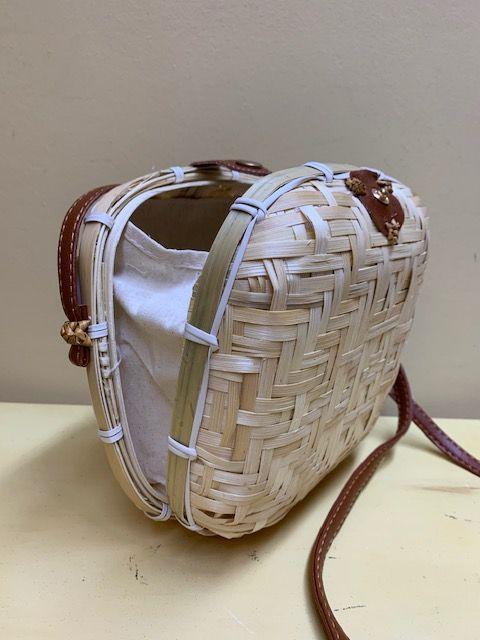 Bolso caja trenzado. Natural o tostado. Natural abierto