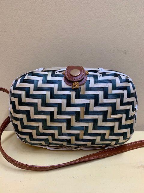 Bolso caja rectangular trenzado bicolor. Natural y negro