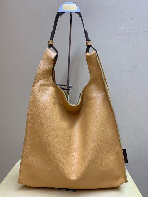 Bolso bolsa trapecio en piel grabada. Amarillo
