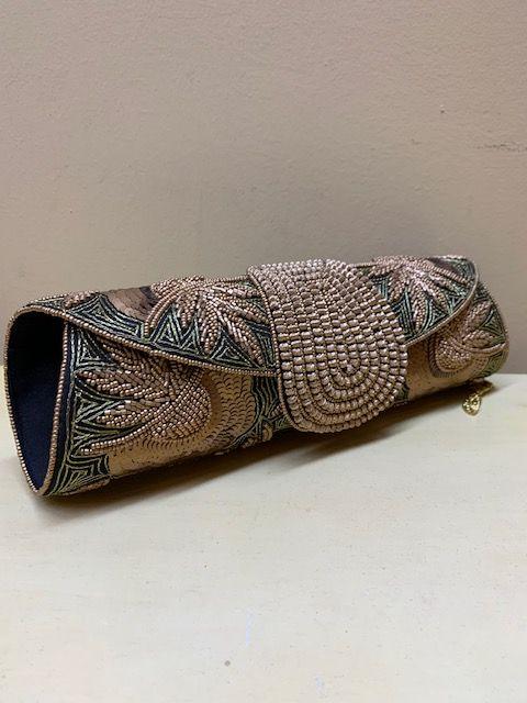 Bolso alargado bordado a mano. Vista de lado