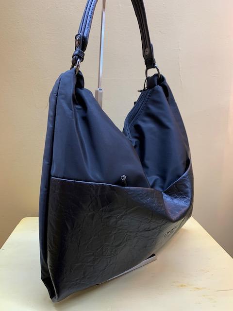 Bolso plano de nylon con piel sintética. Negro