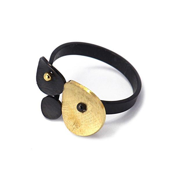 Anillo ajustable de acero con círculos concavos. Negro-oro