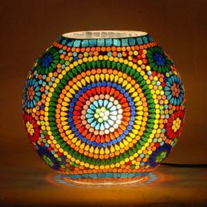 Lámpara jarrón de cristal y mosaico de vidrios de colores. Encendida