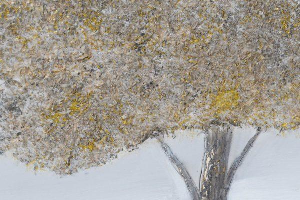 Cuadro de pintura sobre lienzo con paisaje y árbol. Detalle parcial