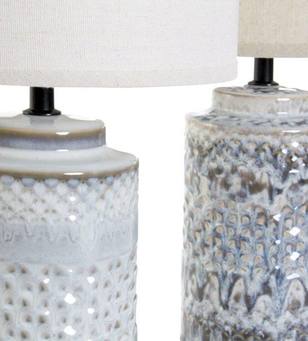 Lámpara de porcelana con pantalla cilíndrica. Vista de los dos pies diferentes