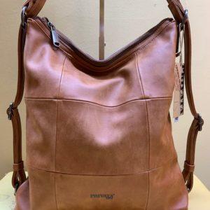 Bolso y mochila con cortes cuadrados de Privata. Cuero