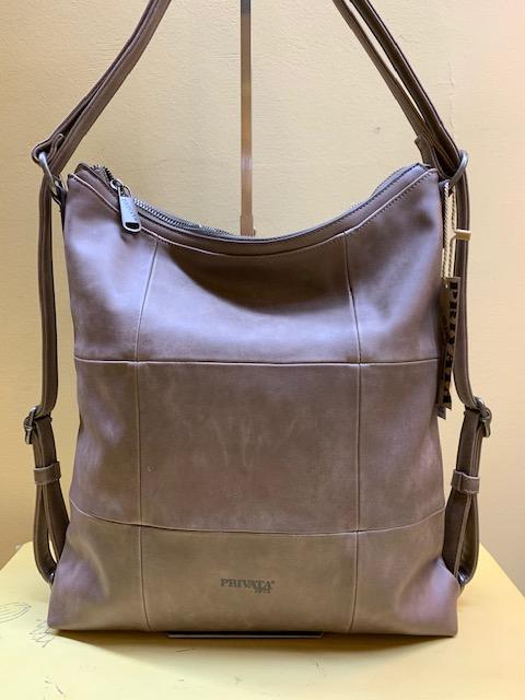 Bolso y mochila con cortes cuadrados de Privata. Taupe