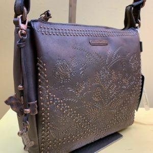 Bolso con multiapartados bordado y tachuelas. Marrón