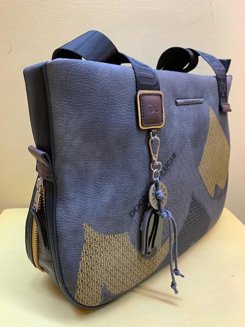 Bolso y portadocumentos de Dogbybeluchi con print frontal. Vista lateral