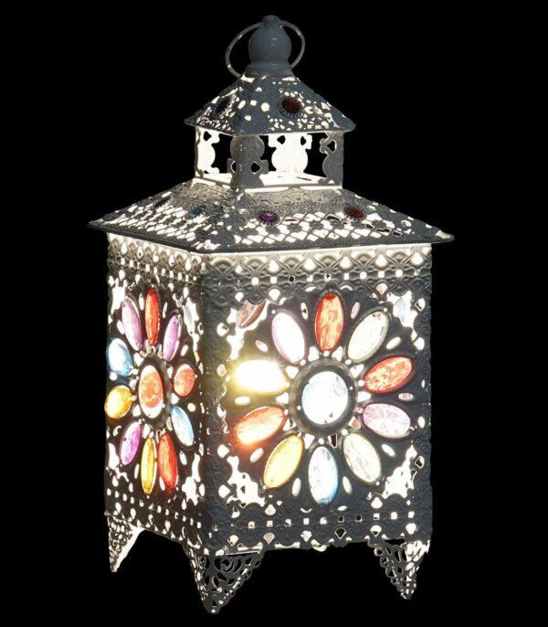 Lámpara farol en blanco con lágrimas transparentes de colores. Encendida
