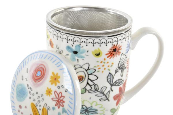 Mug para té de porcelana blanca con dibujos de flores. Detalle