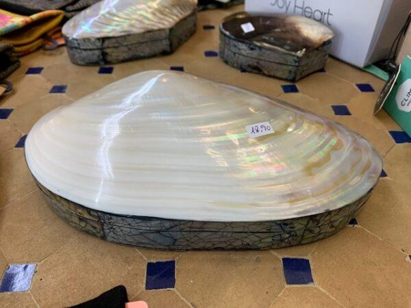 Caja realizada en nácar y una concha marina. 20 cms aprox