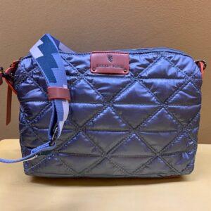Bolso contenedor en nylon guateado de Robert Pietri. Azul