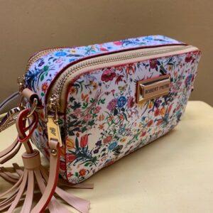 Bolso mini contenedor con print floral Robert Pietri. Vista lateral