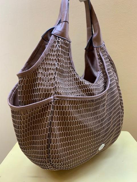 Bolso saco tejido con red marrón de MartinaK. Vista lateral