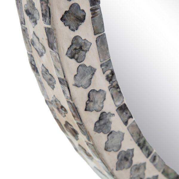 Espejo redondo con mosaico de nácar gris y blanco. Vista del marco por fuera