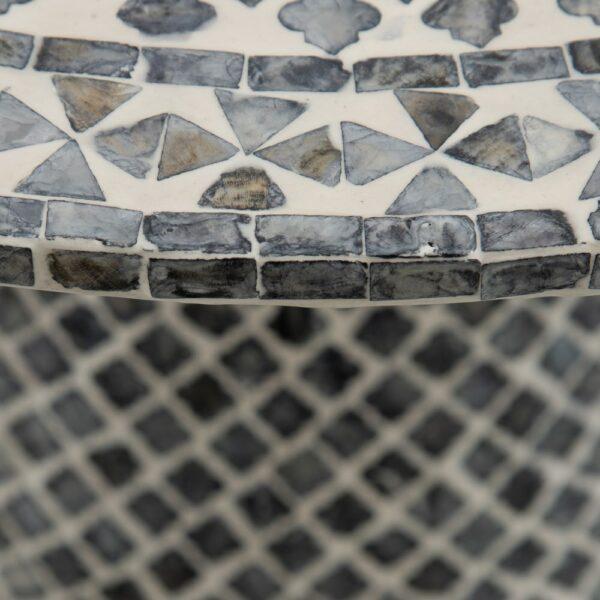 Mesa de centro con mosaico de nácar en gris y blanco. Vista parcial del sobre y el pie