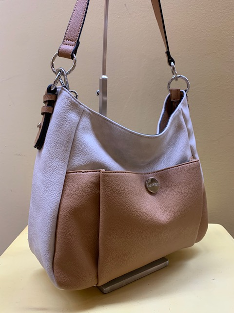 Bolso con bolsillo frontal y bicolor de Matties. Frontal con camel
