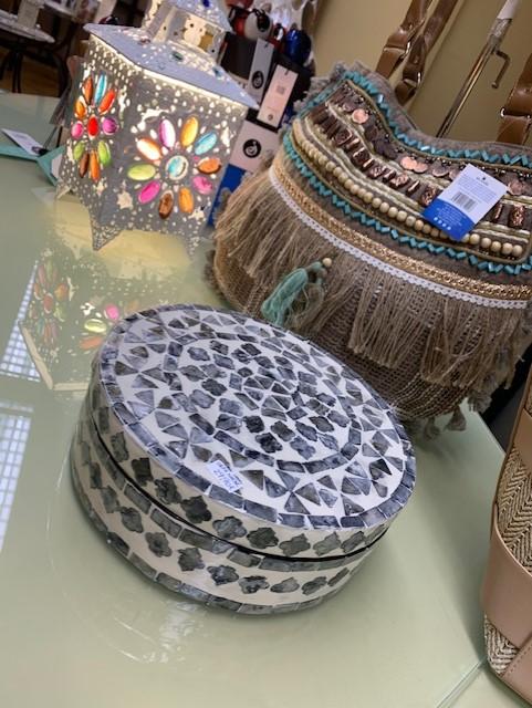 Caja redonda con mosaico de nácar en gris y blanco. Otra vista