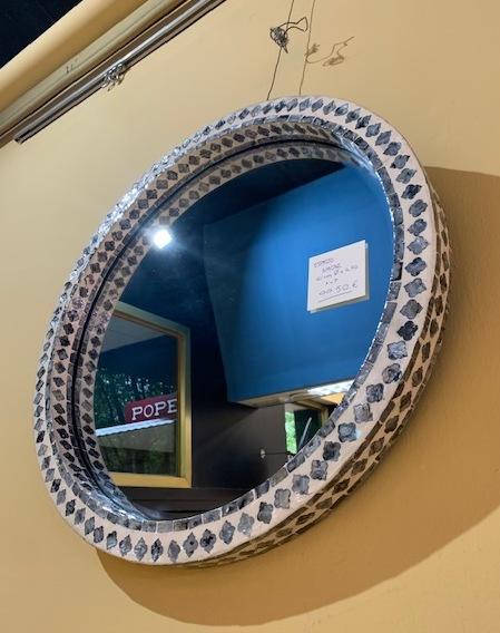 Espejo redondo con mosaico de nácar gris y blanco