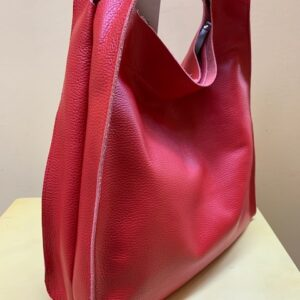 Bolsa tipo trapecio en piel grabada de Cuirots. Vista lateral