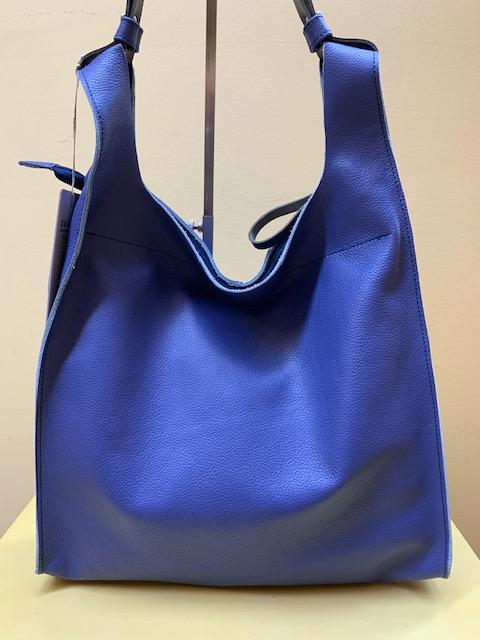 Bolsa tipo trapecio en piel grabada de Cuirots. Azul