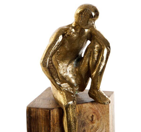 Escultura hombre apoyado aluminio dorado y madera de mango