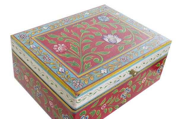 Caja baúl de madera mango pintada a mano en India. Vista desde arriba