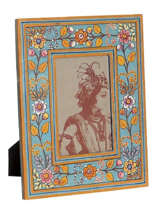 Marco para foto 10x15 floral pintado a mano en India. Fondo azul celeste