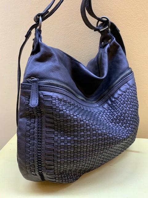 Bolso y mochila piel trenzada grandes bolsillos exteriores. Negro de lado