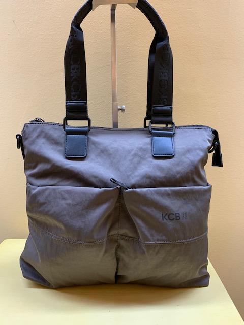 Bolso tipo shopping en nylon multibolsillos de Kcb. Frontal marrón