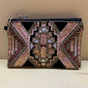 Bolso y cartera con bordado a mano en el frontal. Frontal con rosa