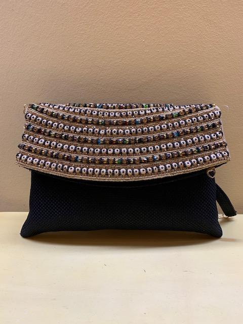 Cartera clutch con solapa bordada con cristales en India. Base negra