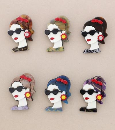 Broche pasta multicolores chica de perfil con gafas