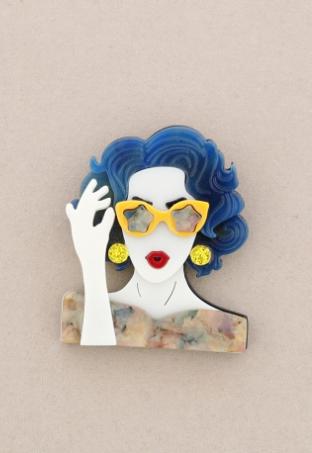 Broche de pasta multicolores de chica cogiendo las gafas. Pelo azul