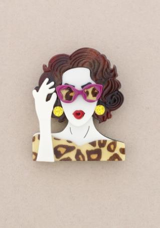 Broche de pasta multicolores de chica cogiendo las gafas. Pelo marrón