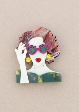 Broche de pasta multicolores de chica cogiendo las gafas. Pelo rosa