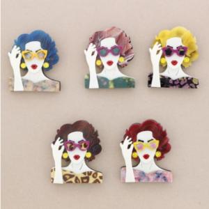 Broche de pasta multicolores de chica cogiendo las gafas